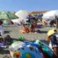 Roma, blitz anti abusivi di Casapound sulla spiaggia di Ostia. Vulpiani: