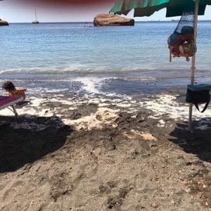 Mare torbido a Ventotene dopo la pulizia della spiaggia di Cala Nave