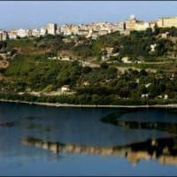 Vermi piatti nel lago Albano, dermatiti per i bagnanti. Il Comune: