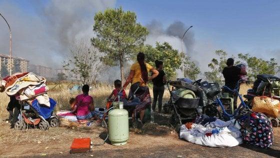 """Roma, a Torre Spaccata la rabbia dopo il fuoco: """"Via le baracche rom"""""""