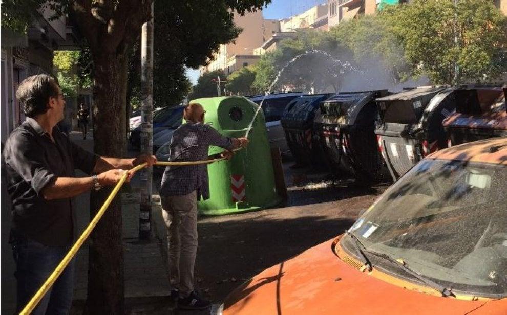 Roma, fiamme nei cassonetti: a spegnere l'incendio ci pensano i residenti
