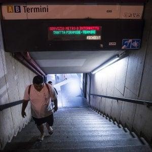Roma, metro B: incastrata nelle porte e trascinata per metri, grave una donna