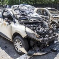 Arrestato per aver dato fuoco ad alcune auto: sospettato di decine di roghi a Roma Sud