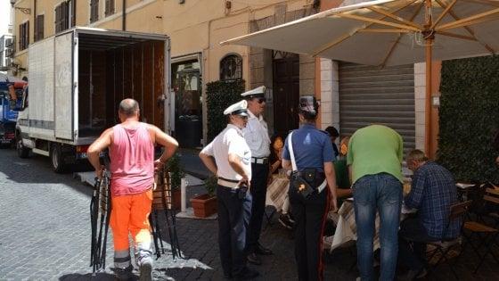 Roma, sequestrati tavolini abusivi in via della Vite: multe per migliaia di euro