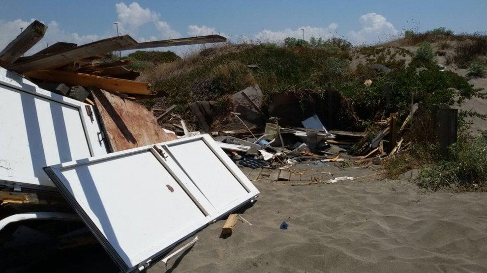 Ostia, la struttura in legno abbattuta resta sulla spiaggia