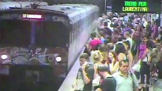 """Donna trascinata dalla metro a Roma: """"Risento quelle urla"""". Il conducente: """"Si scateneranno contro di me"""""""