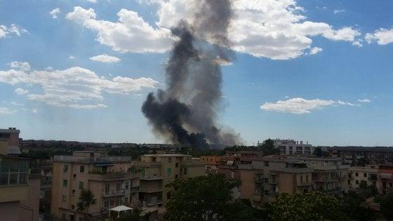 Roma, in fiamme autodemolitore a Centocelle, tre feriti dopo lo scoppio di un'auto