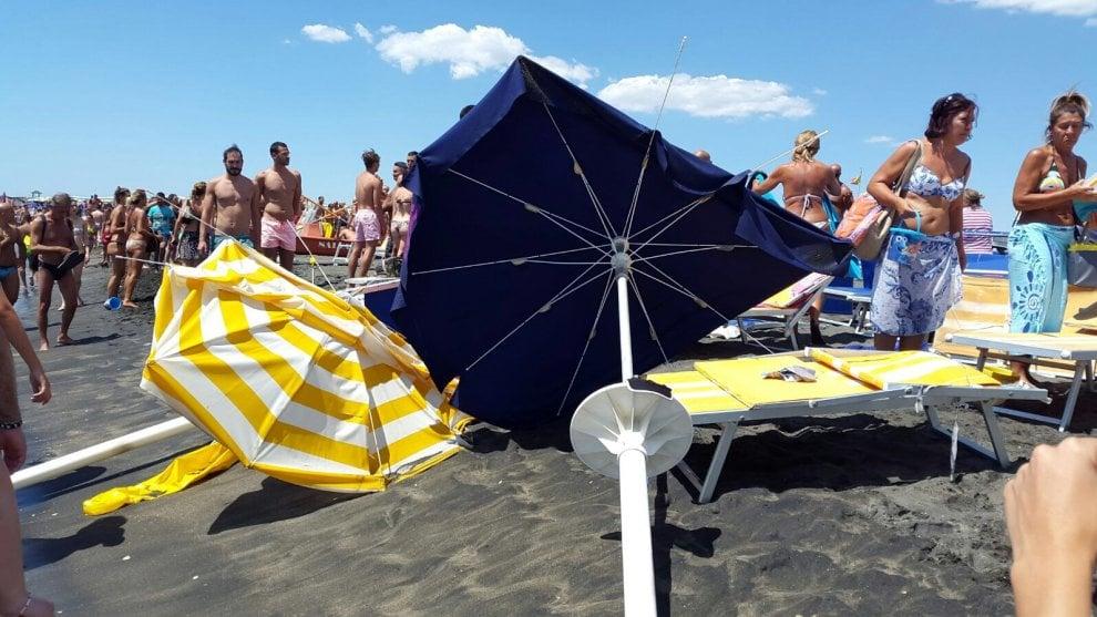Ostia, tromba d'aria in spiaggia: 10 bagnanti feriti