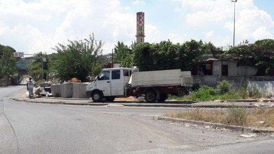 Roma, il tour in furgone dell'accalappia rifiuti: dal ritiro merci al campo di via Salviati