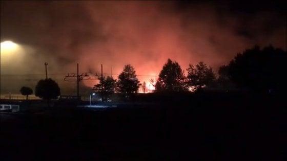 Roma, ancora incendi nella notte: fiamme a Vitinia, Ostia e Tor di Quinto