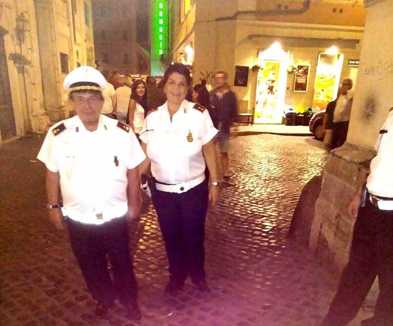 Controlli nel centro di Roma, a fare il vigile c'è anche Magalli