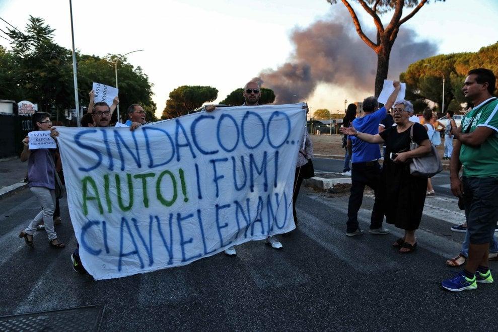 """Roma, i residenti bloccano viale Togliatti: """"Basta roghi tossici"""". Con fiamme e fumo sullo sfondo"""