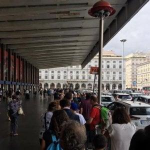"""Roma, a Termini, suk e taxi abusivi. """"Vigili spariti anche di notte"""""""