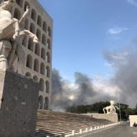 Roma, di nuovo in fiamme pineta Castel Fusano. Raggi: