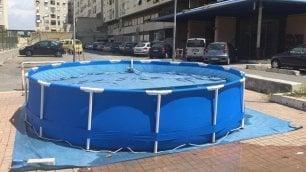 Tor Bella Monaca, tra i palazzi spunta la piscina gonfiabile   ft
