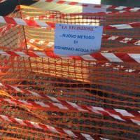"""Roma, perdita in via Calandrelli. Cartello sulla recinzione: """"Metodo di risparmio acqua?"""""""