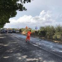 Si ribalta camion carico di vaselina: 4 incidenti e 12 feriti. Chiuso tratto della Nettunense