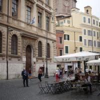 Roma, tavolini e gazebo abusivi. Blitz dei vigili al Ghetto: