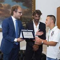 Sabaudia, salvò bimba in mare: ministro Lotti premia il campione con sindrome