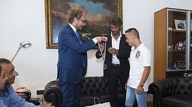 Salvò bimba in mare: ministro Lotti premia  il campione con sindrome down