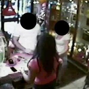 Cassino, distraggono la commessa e rubano gioielli per 40 mila euro: arrestati
