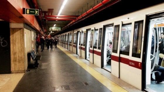 Metro A chiusa: la fila per la navetta ad Arco di Travertino