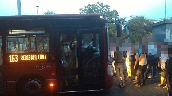 Roma, due ore di attesa per un bus: passeggeri esasperati bloccano vettura