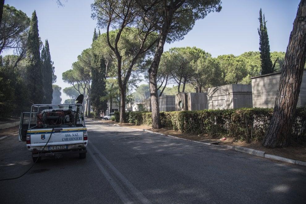 Roma, un incendio lambisce il cimitero di Prima Porta