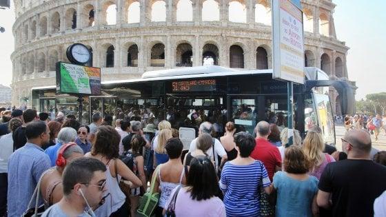 Roma, ore d'attesa e autobus pieni: così la fermata Colosseo si trasforma in un ring