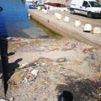Formia, litorale invaso da frammenti di reti. Indaga la guardia costiera