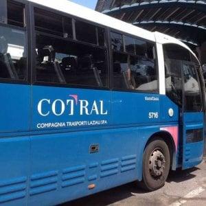 Frosinone, sorpresi sul bus senza biglietto: in 20 aggrediscono il controllore. Un ferito