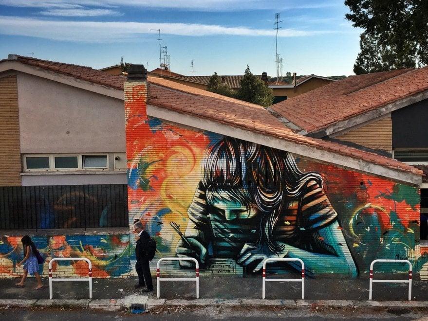 Roma, la poetessa bambina di Alice Pasquini sul muro della scuola a Casal Bernocchi