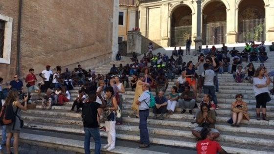 """Roma, la protesta dei migranti in Campidoglio: """"Chiediamo rispetto e accoglienza"""""""