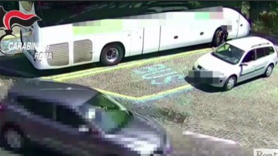 Roma, assaltavano bus turistici parcheggiati all'Appia antica: arrestati