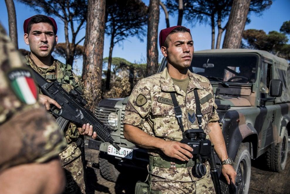 Roma, nella pineta di Castel Fusano con i militari