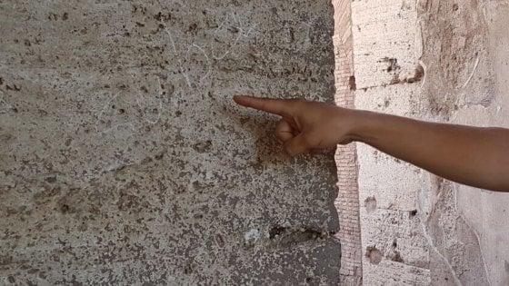 Roma, incide il suo nome sul Colosseo con una moneta: turista tedesca denunciata