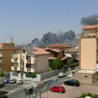Roma, ancora un'autodemolizione in fiamme a Tor Cervara. Paura per la nube nera