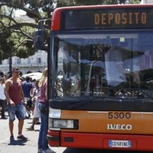 Roma, manca l'aria condizionata e un passeggero prende a schiaffi l'autista del bus