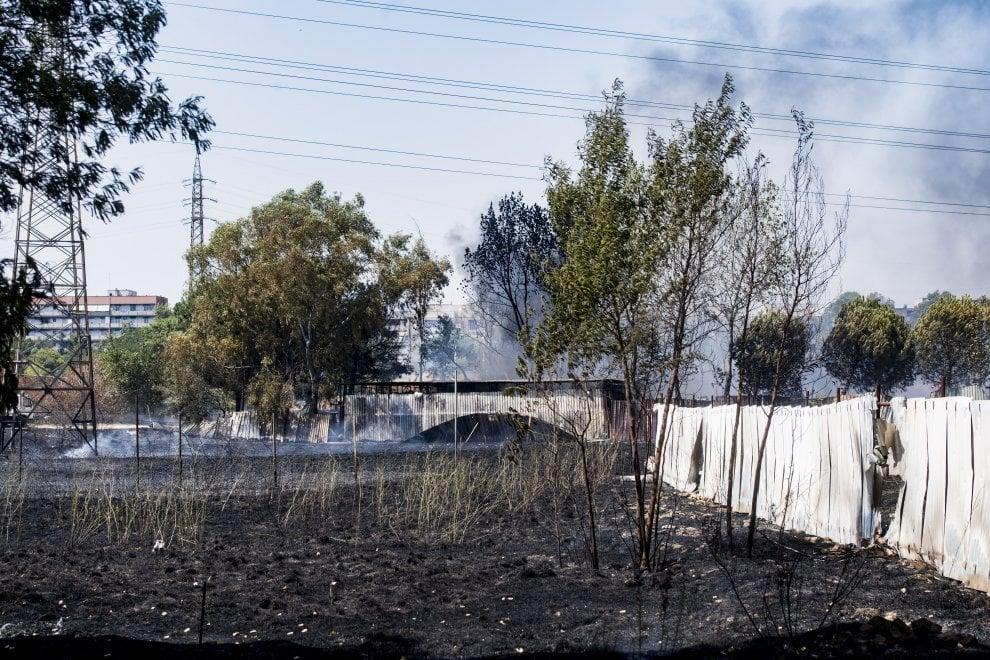 Roma, fiamme vicino a campo rom di via Salviati avvolgono autodemolizione Tor Cervara