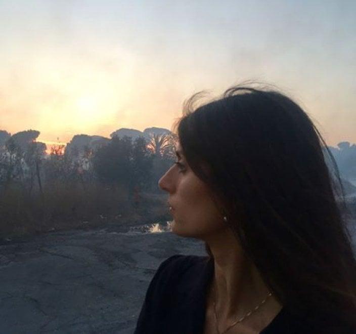 Roma, la foto di Raggi davanti all'incendio: l'ironia dei social
