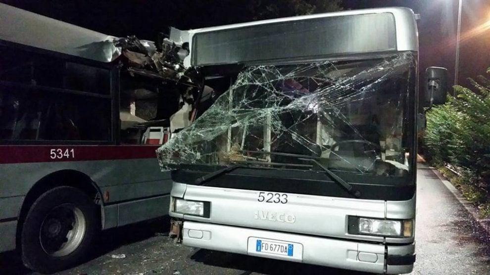 Roma, bus si tamponano a Tor di Quinto. Conducenti sotto shock