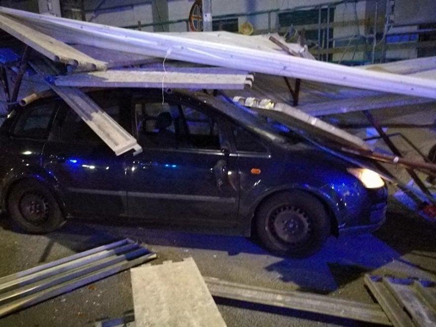 Roma, Nuovo Salario, auto esce fuori strada e sfonda le impalcature