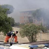 Roma, ancora roghi in città: paura a Pietralata. Sulla Braccianese, messi in salvo 30 bambini