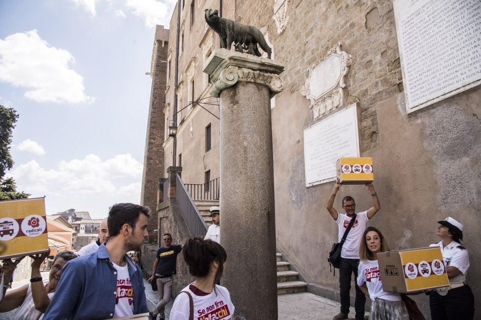 Roma, referendum Atac: Radicali hanno consegnato firme
