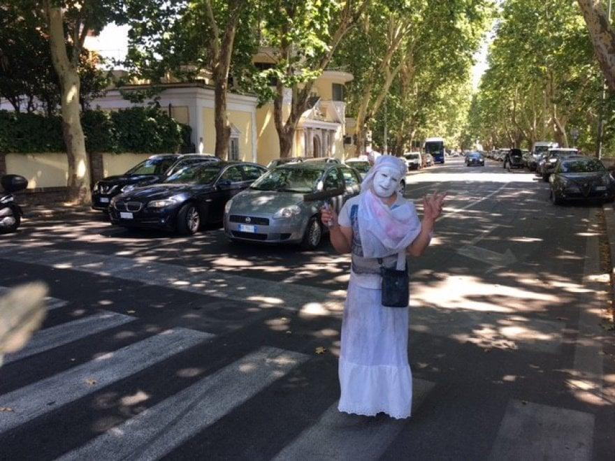 """Roma, lavavetri truccati da mimo: """"Così lavoriamo di più"""""""
