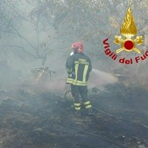Incendi, ancora fiamme vicino a Castel Fusano: brucia la pineta di Procoio