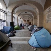 """Roma, Santi Apostoli, camping in chiesa: """"Noi, i poveri sfollati di Cinecittà"""""""