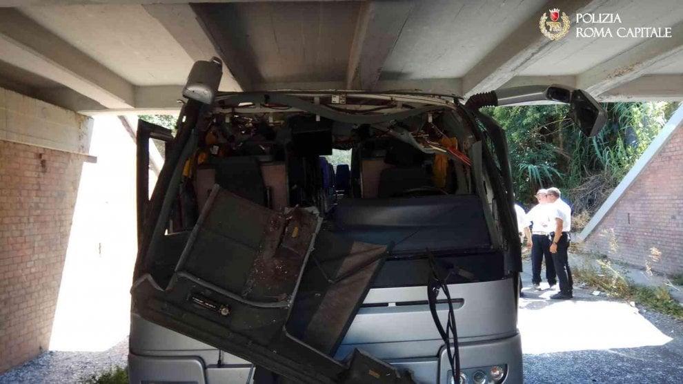 Roma, pullman si incastra sotto un ponte: 18 feriti