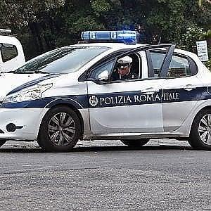 Roma, investe due pedoni e scappa: rintracciato dai vigili