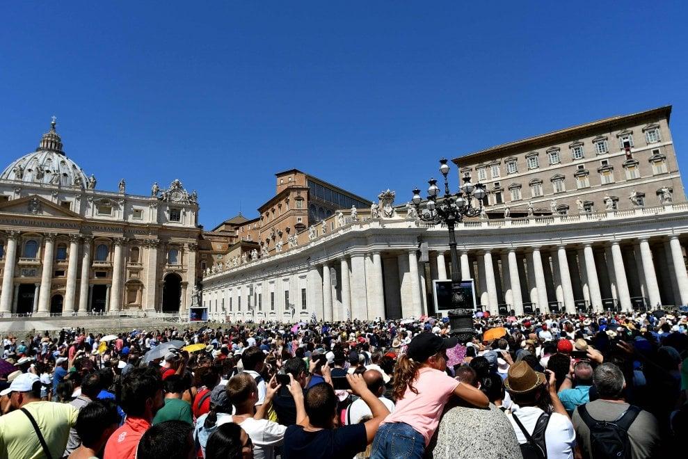 """Roma, in ventimila in piazza San Pietro per l'Angelus dell'Assunta. Il Papa: """"Grazie di esserci"""""""